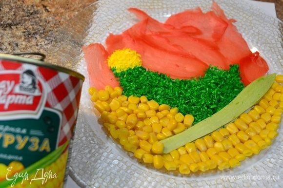 Я решила украсить верх салата как-то необычно. Вы можете этого не делать. Салат не потеряет своего вкуса. На блюдо выкладываю лепестки имбиря, кукурузу ТМ «Фрау Марта», пластинку от кабачка, стружку кокоса — желтую и зеленую. Сверху полить подготовленным желатином и отправить в холодильник застывать. Стараемся создать логотип «Фрау Марты»! :)
