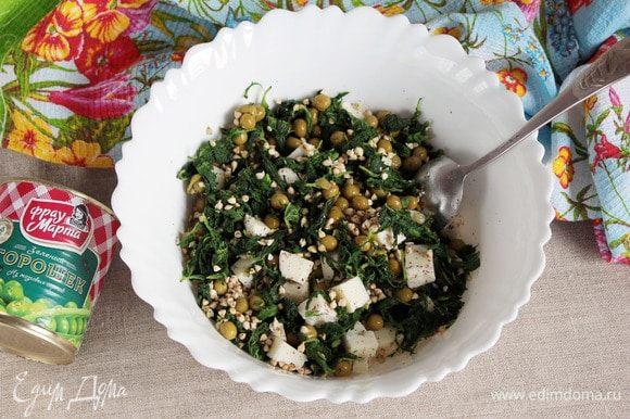 Перемешать салат. Приправить льняным маслом (2–3 ст. л.). Еще раз перемешать.