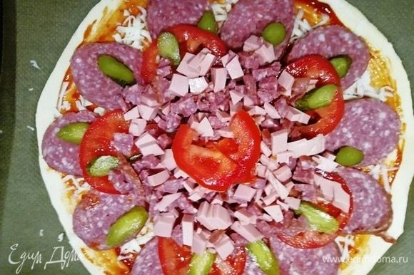 Выкладываем начинку. Отправляем пиццу в духовку, разогретую до 200⁰С, на 12–15 минут.