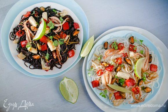 Черная и белая вермишель не отличаются по вкусу, выглядят эффектно, к морепродуктам подходят идеально.