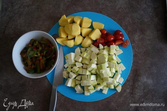Духовку включаем в режим конвекция на 200°C. Картофель нарезаем крупными дольками, кабачки — кубиками, перец — полосками, черри — пополам или оставить целыми.