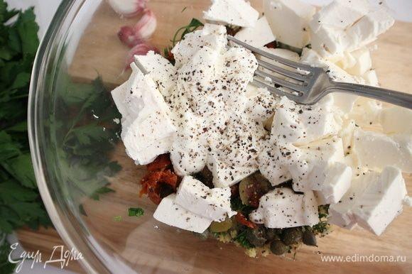 Добавить к смеси сербскую брынзу, 50 грамм греческого йогурта, соль, перец, размять немного и перемешать с помощью вилки.