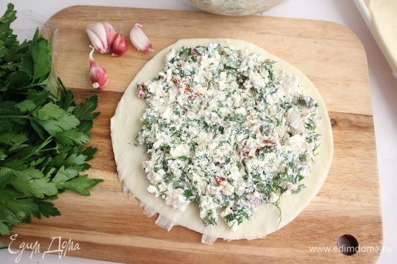 Сыр сулугуни (блины) покрыть равномерно третьей частью начинки. Всего у меня три блина сыра сулугуни.