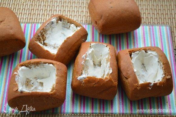 У булочек срезать верх и вынуть мякиш. Смазать изнутри каждую булочку творожным сыром.