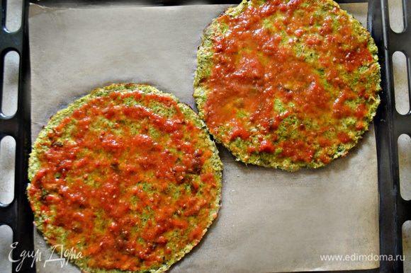 Готовые коржи (2 шт.), выложите на противень, покрытый пекарской бумагой, смажьте коржи томатным соусом (у меня соус собственного приготовления с базиликом) по 3 ст. л. каждый.
