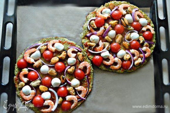 Выложите поверх коржей креветки и мидии, половинки черри, красный лук и моцареллу.