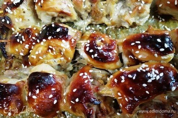 Куриные шашлычки сразу же смазываем устричным соусом и посыпаем кунжутом. Картофель по-деревенски и шашлык из бедрышек готовы!