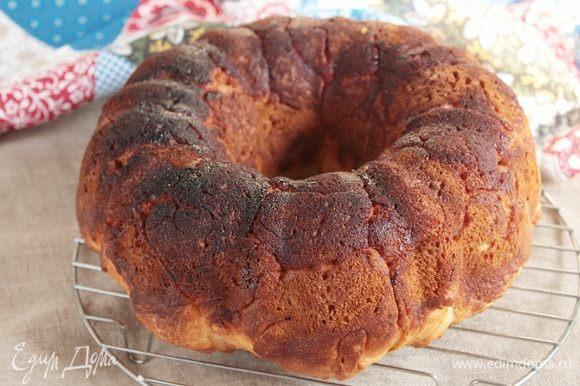 Готовый пирог остудить сначала в форме, а потом еще некоторое время на решетке. У остывшего пирога мраморность проявляется четче.