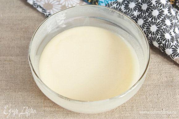 Сварить глазурь удобным для вас способом: на плите в сотейнике или в микроволновой печи. Я люблю в микроволновой печи. Смешать крахмал кукурузный или картофельный (3 ст. л.), сахарную пудру (1 ст. л.) и сгущенное молоко (4 ст. л.). Проварить до загустения. В микроволновой печи на максимальной мощности (у меня 800 Вт) 1,5–2 минуты. Но! Необходимо перемешивать при каждой «попытке к бегству» (не отходите далеко!). Готовую глазурь, помешивая, остудить.