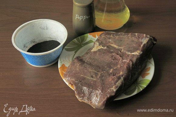 Подготовим продукты: говядину для ростбифа, масло растительное, перец перемолотый, зола — 3 ст. л. Для золы высушиваем зелень порея и черешки петрушки и укропа, сжигаем, перемалываем.