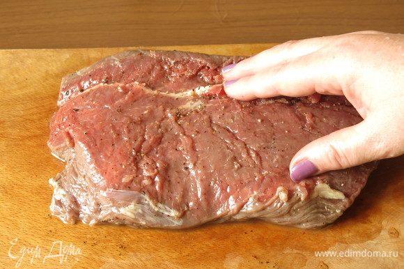 Говядина не парная, не замороженная. Кусок комнатной температуры. Срезаем жилы, если они есть. Смазываем маслом с перцем, массируем мясо. Даем постоять 15 минут.