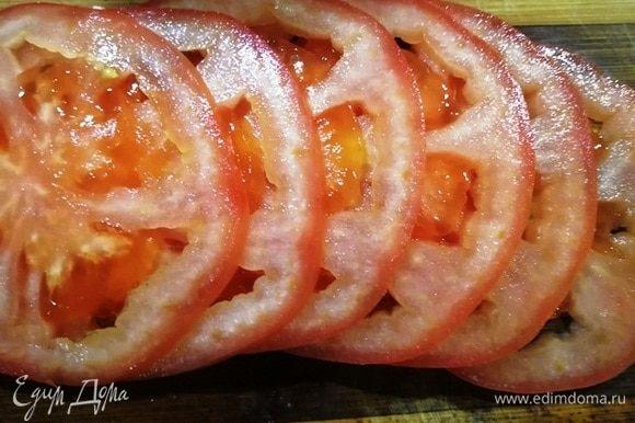 Нарезаем помидор.