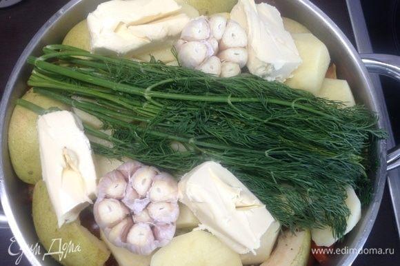 На баклажан — половинки картофелин, вторую половину масла сливочного кусочками, укроп свежий прямо сверху густой такой пучок. И пару целых головок чеснока (чуть помыв и верхний слой шелухи убрать, да корешки поцарапать ножом да помыть), я так у них чуть срезаю кончики зубчиков, так и соки-ароматы лучше уходят в блюдо, и потом на тарелке уже легче достается каждый зубчик.