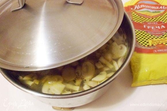 После этого отправить кастрюлю в разогретую до 180°C духовку. Томить до готовности гречневой крупы минут 15–20. Не поддавайтесь искушению доварить суп на плите на медленном огне, в духовке суп получается очень вкусным, томленым.