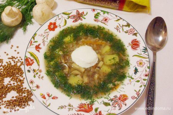 Осталось только разлить готовый суп по тарелкам. Щедро добавить зелени (у меня укроп) и сметану.