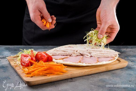 Выложите пластинки карбонада, куриное филе.