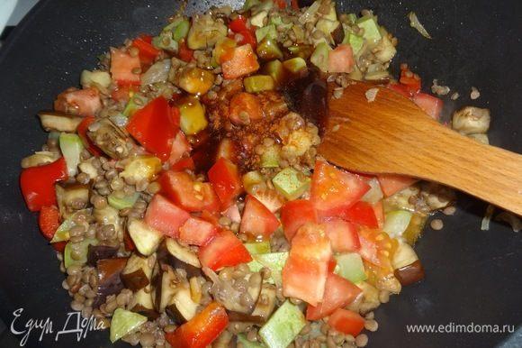 Добавить в сковороду баклажан, помидор, чечевицу, соус терияки, красный острый перец, соль, перемешать. Обжаривать 5 мин. Салат готов.