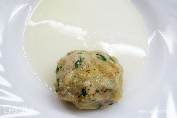 Сформовать небольшие котлетки. Разогреть сковороду с растительным маслом. Котлетки запанировать сначала в яичном белке.