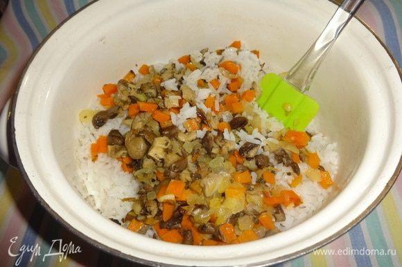 Обжаренные овощи с грибами выложить в кастрюлю с рисом.