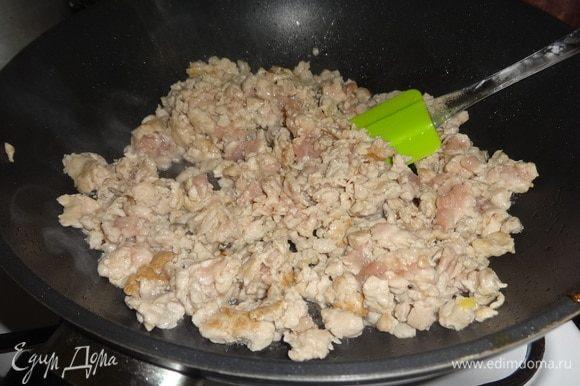 Вылить в сковороду оставшееся масло, положить фарш и обжаривать, помешивая 10 минут.