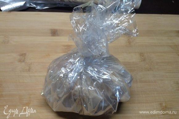 Понятное дело, если пакет для запекания, то как скрутили все кверху, перевязали кусочком этого же пакета, в ленточку превращенного. Так, в общем, все куски мяса упаковали.
