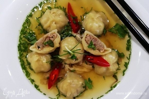Подаем и наслаждаемся вкусным ароматным супом «Вонтон». Приятного аппетита! 好胃口