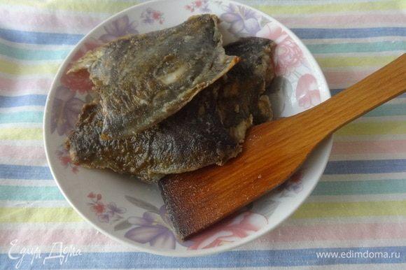 Выложить рыбу на тарелку.