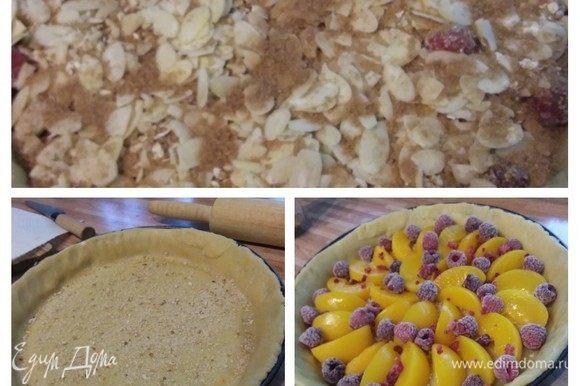 Форму для тарта смазать маслом и посыпать мукой или манкой. Раскатать тесто и выложить его в форму. Подровнять бортики. Посыпать корж панировочными сухарями (они нужны, чтобы впитать лишнюю влагу от фруктов) и выложить дольки персиков (предварительно обдав их кипятком и сняв шкурку) и малину. Если фрукты кислые, то можно посыпать их сахаром. Выложить поверх фруктов штрейзель. Посыпать миндальными лепестками, сахаром и корицей.