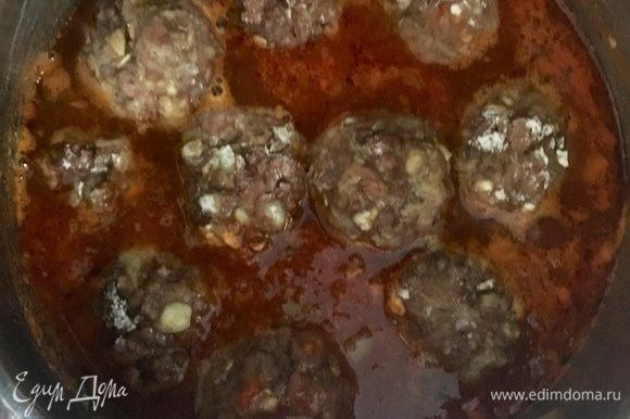 И в томатный соус отправляем из духовки тефтельки. Окутываем мясные шарики густым томатным соусом и томим все вместе около 15–20 мин. до полной готовности тефтелек.