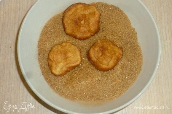 Пончики вынимать шумовкой и складывать на бумажное полотенце. Затем обвалять в пряном сахаре.
