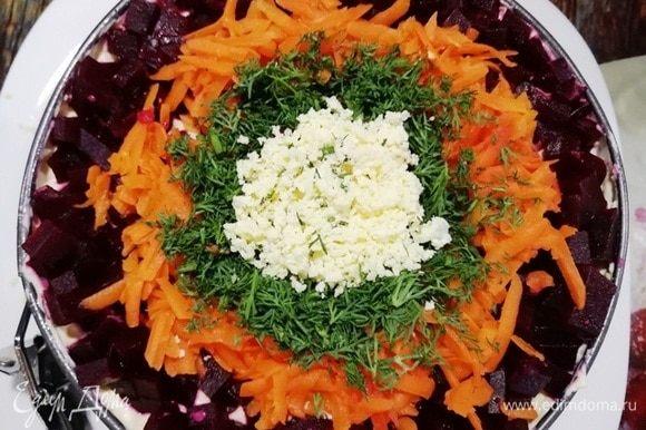 А сверху украшаем кубиками свеклы, моркови, зеленью, в серединку кладем немного желтка.