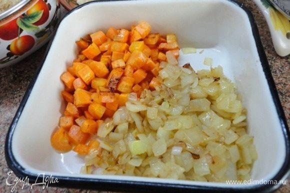 Лук выкладываем к моркови. Такая раздельная готовка овощей — особенность восточной кухни.