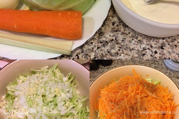 Молодую капусту тонко нашинковать, положить в миску, посыпать солью и слегка помять рукой. Морковь натереть на крупной терке, чеснок, лук и сельдерей мелко нарезать. К капусте добавить морковь, чеснок, лук, сельдерей, перец и перемешать.