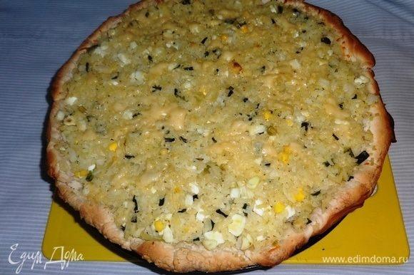 Посыпать верх пирога оставшимся сыром и поставить в духовку еще на 5 минут. Готовый пирог немного остудить.
