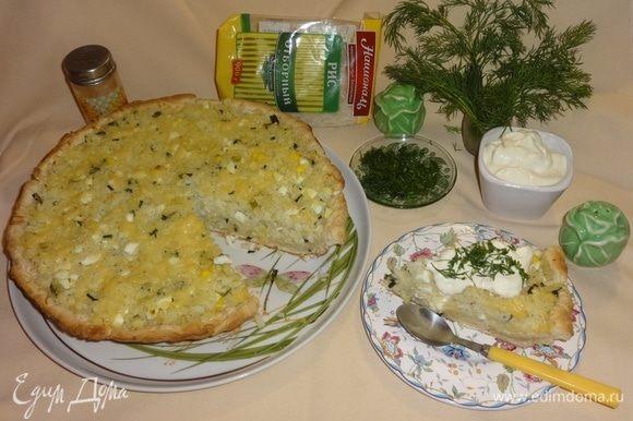 Выложить пирог на блюдо, разрезать на порции. Подавать пирог теплым, со сметаной и нарезанной зеленью по вкусу. Приятного аппетита!