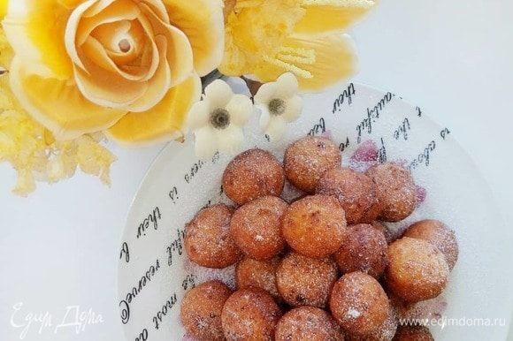 Остывшие пончики посыпаем сахарной пудрой.