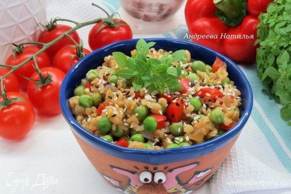 При подаче содержимое сковороды аккуратно перемешать, разложить в порционную посуду, посыпать кунжутом. Приятного аппетита!