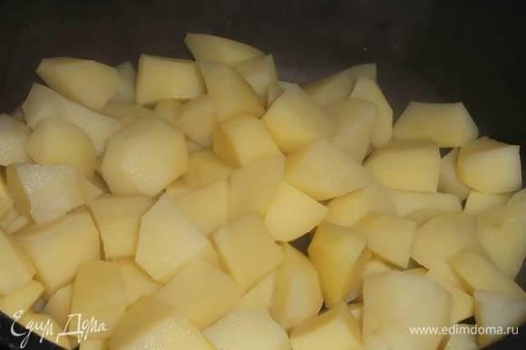 Картофель очистить, нарезать на средние кусочки и отварить в подсоленной воде до готовности. Слить воду.