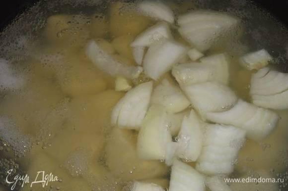Картофель с луком отварить в воде до полуготовности. Слить воду.