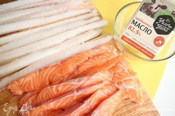 Нарезать филе трески и семги длинными полосками.