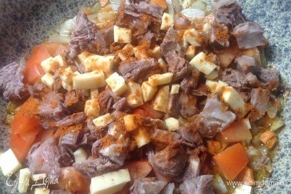 Как только лук с морковкой подрумянились, закладываем все остальное — помидорку, чеснок, перец сладкий красный, грудинку, сыр, все нарезанное кубиками предварительно — в сковородку и тушим-поджариваем . Солим и перец черный (подавить его предварительно) по вкусу добавляем.