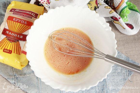 Для приготовления коржа «Шафран» яйца куриные (2 шт.) взбить венчиком с шафраном молотым (1,5 ч. л.), ванилином (1/3 ч. л.), содой (0,5 ч. л.) до растворения сахарного песка (3 ст. л.).