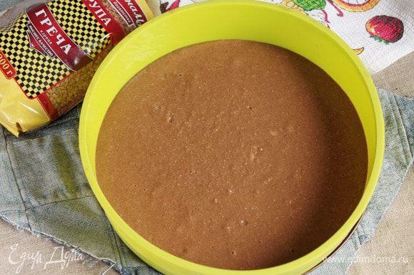 Выложить готовое тесто в форму большего диаметра (27 см) и выпекать корж в предварительно разогретой до 180–190°C духовке. Выпекать до сухой лучинки минут 30–40, ориентируйтесь, пожалуйста, по своей духовке.