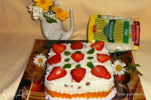 Вынуть форму из холодильника, поставить на несколько секунд в миску с горячей водой. Перевернуть десерт на блюдо, украсить клубникой и листьями мелиссы.