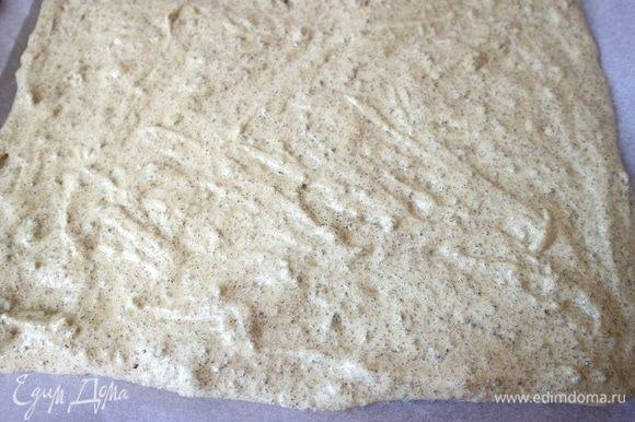 Поместить тесто на противень, застеленный бумагой для выпечки. Прямоугольник теста должен быть 1–1,5 см в высоту.