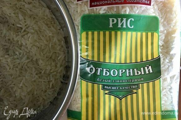 Приготовление супа следует начать с варки риса для фаршировки перцев. Я использую рис «Отборный» белый длиннозерный ТМ «Националь». Этот рис отлично зарекомендовал себя во многих моих рецептах. Поэтому и для фаршировки перцев использую его. Итак, поставить рис вариться до готовности согласно инструкции на упаковке.
