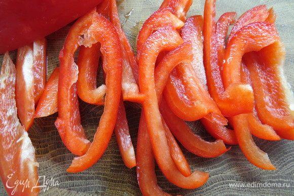 Красный перец нарезаем тонкими полосками.