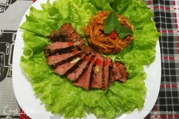 Подаем к столу говяжий стейк с лапшой из кабачков. Вот такой простой и быстрый ужин получился.
