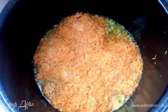 Смешать морковную массу и плотно уложить на курицу.