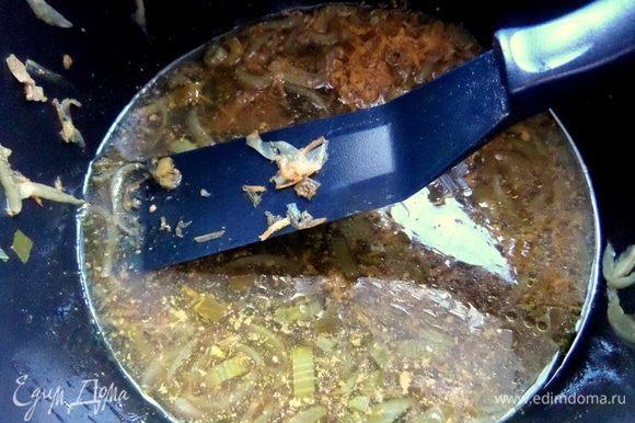 Рис можно полить вкусным луковым соусом. Как вариант: прогреть в нем готовые макароны — семья тоже одобрит!